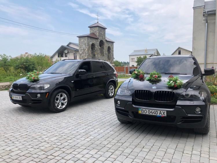 2 автомобілі BMW чорного кольору в кузові Е70 (джип Х5)
