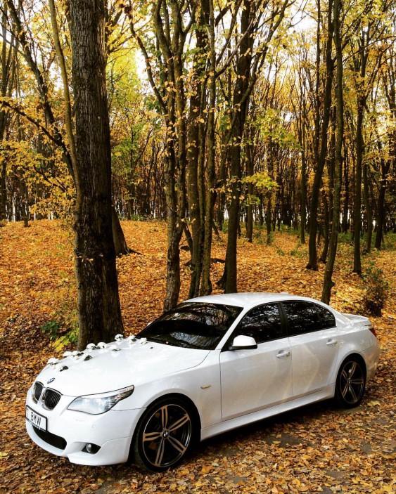 1 автомобіль BMW білого кольору в кузові Е60 (седан)